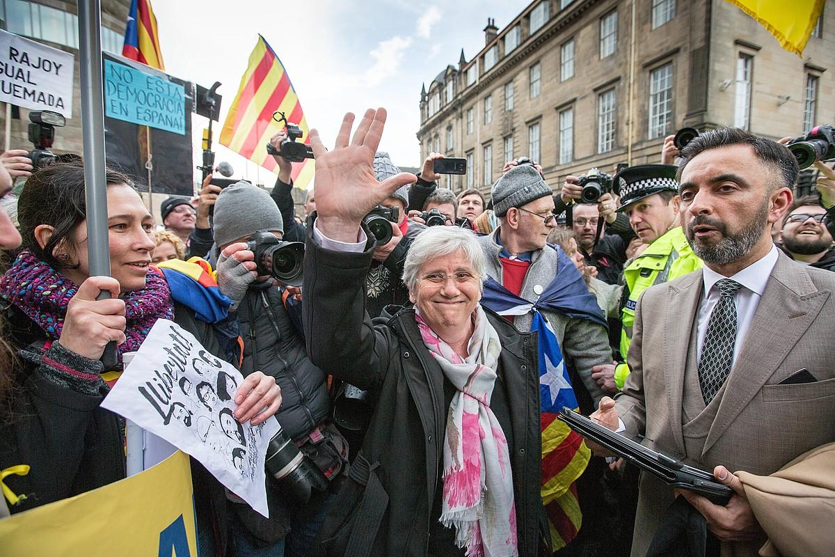 Clara Ponsati, alboan Aamer Anwar bere abokatua duela, iazko martxoaren 28an Edinburgon, aurreko euroaginduagatik deklaratu behar izan zuenean. ©R. PERRY / EFE