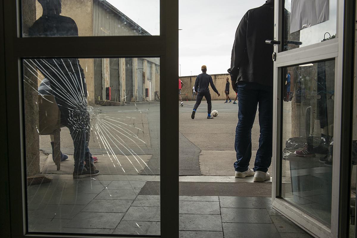 Migratzaile batzuk, Pausa zentroan. Artxiboko irudia. ©GUIILAUME FAUVEAU