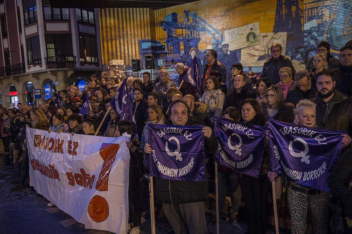 Talde feministek elkarretaratze bat antolatu zuten atzo iluntzean Barakaldon. ©SINADURA / AGENTZIA