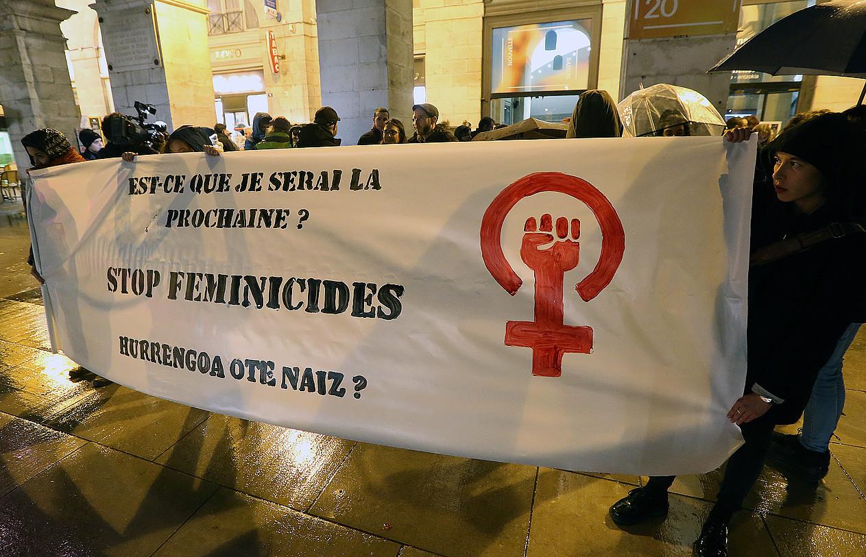 Baionan, Herriko Etxearen atarian egin zuten protesta atzo. ©BOB EDME