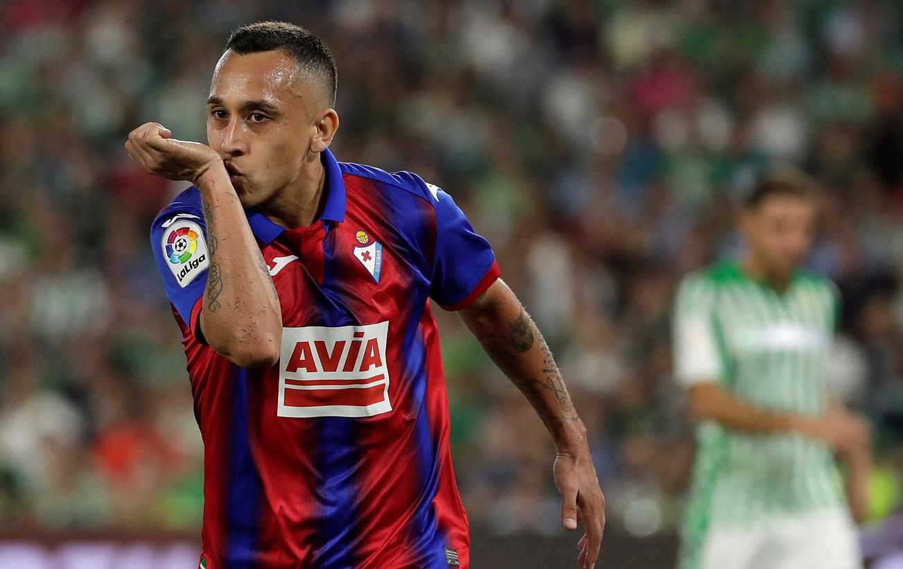 Fabian Orellana, Betisi sartutako gola ospatzen.