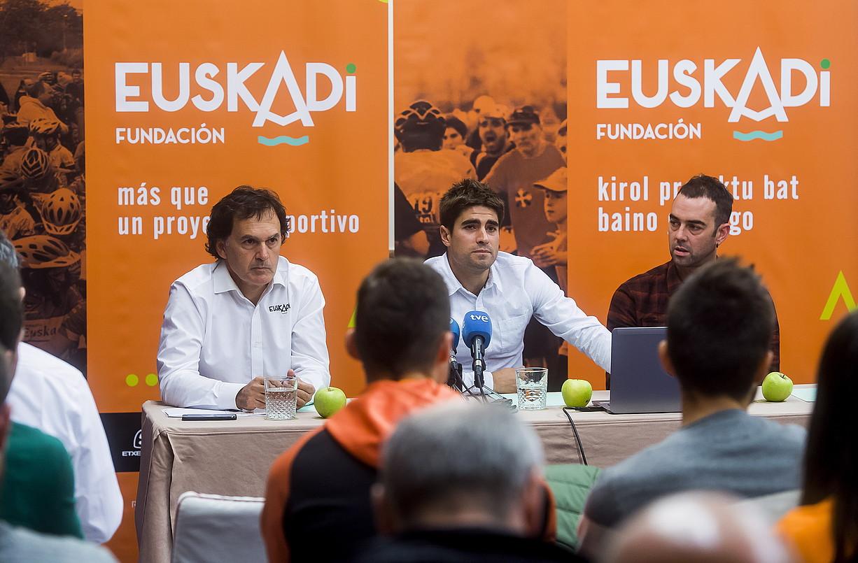 Jesus Ezkurdia, Mikel Landa eta Jorge Azanza, atzo, aurkezpenean.