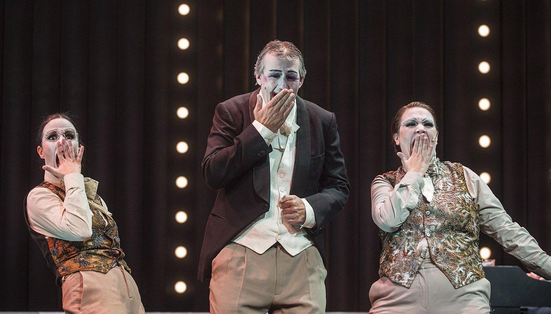 Olatz Ganboa, Patxo Telleria eta Getari Etxegarai aktoreak <em>Simplicissimus</em> antzezlanaren entseguko momentu batean. ©MARISOL RAMIREZ / FOKU
