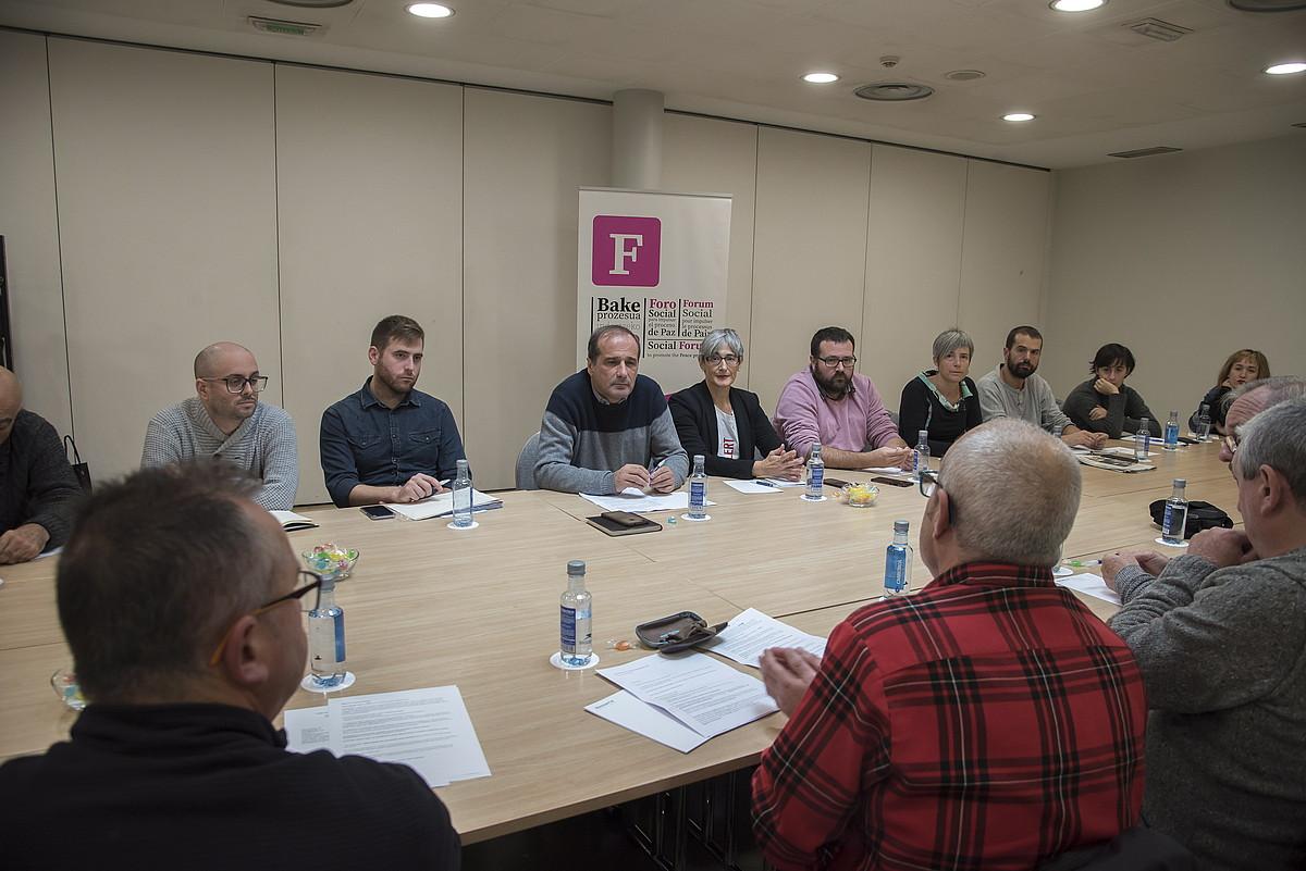 Foro Sozial Iraunkorreko kideak eta Euskal Herrira itzuli diren hainbat lagun bildu ziren atzo Donostian. ©A.CANELLADA / FOKU