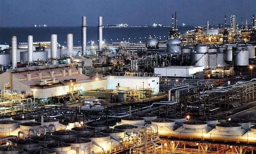 Saudi Arabiako Aramcoren petrolio findegi bat, Jubail hirian, artxiboko argazkian. ©STR / EFE