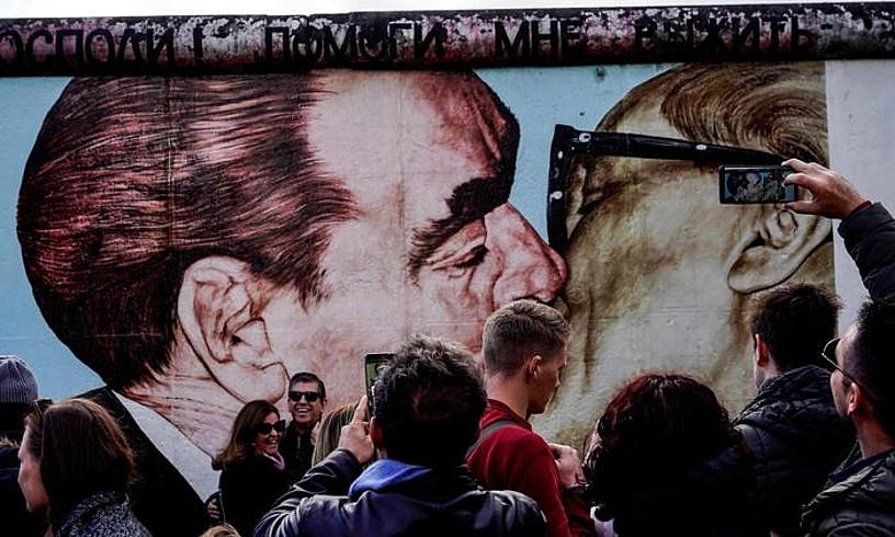 Hainbat bisitari Berlingo Harresian, 2018ko azaroan. ©FELIPE TRUEBA / EFE