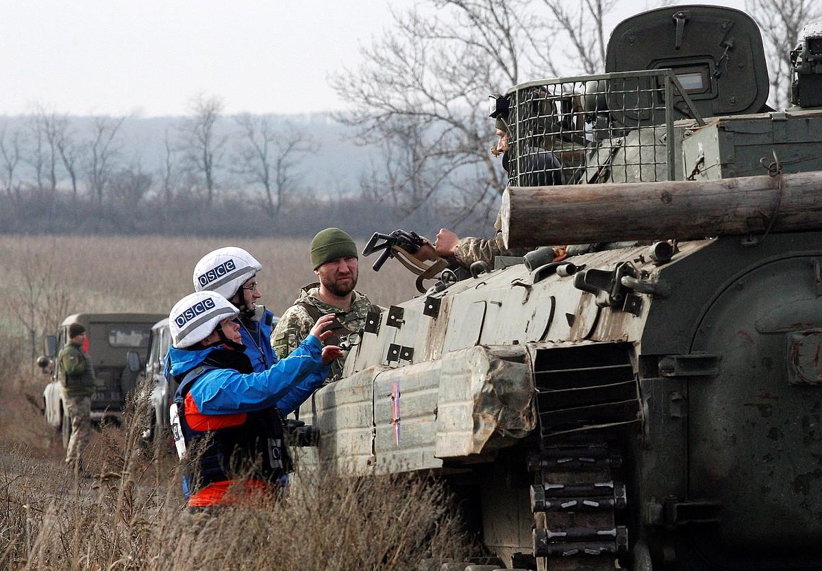 Europako Segurtasun Lankidetzarako Antolakundeko behatzaileak, atzo, Ukrainaren tanke baten erretiratzea aztertzen. ©VADIM KOT / EFE