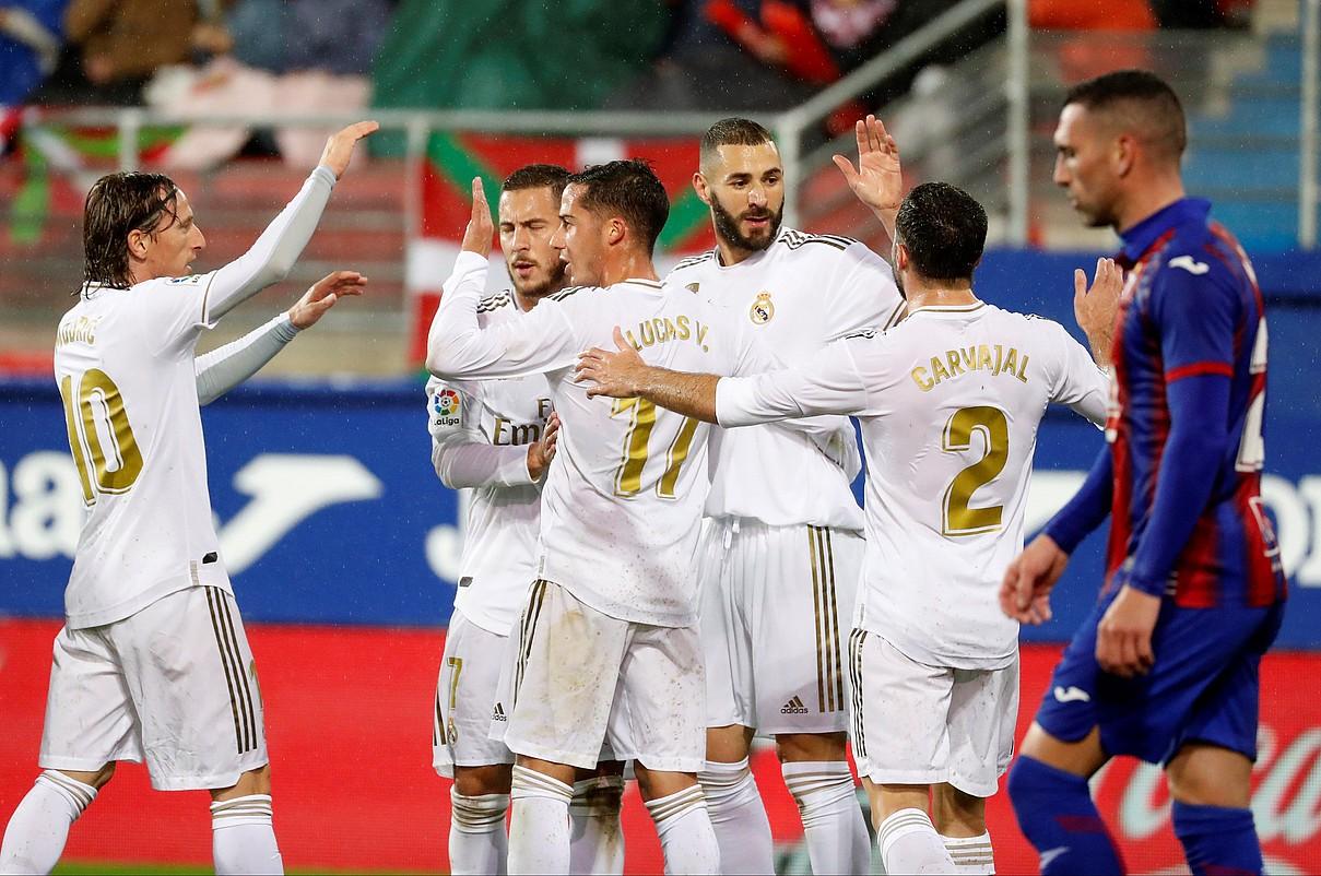 Real Madrileko jokalariak, hirugarren gola ospatzen. Anaitz Arbilla ageri da, burumakur. ©JUAN HERRERO / EFE