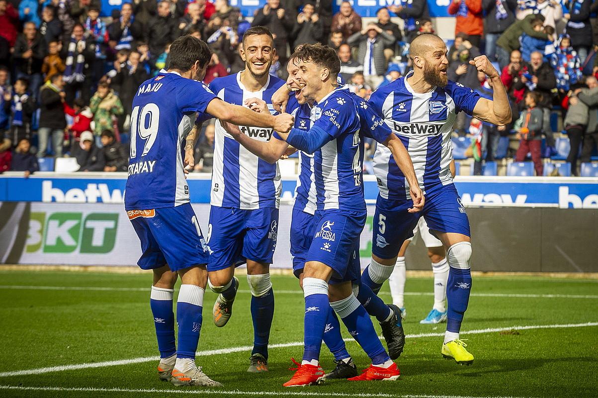 Alaveseko jokalariak Tomas Pina zoriontzen, erdilariak bigarren gola sartu berritan. ©JAIZKI FONTANEDA / FOKU