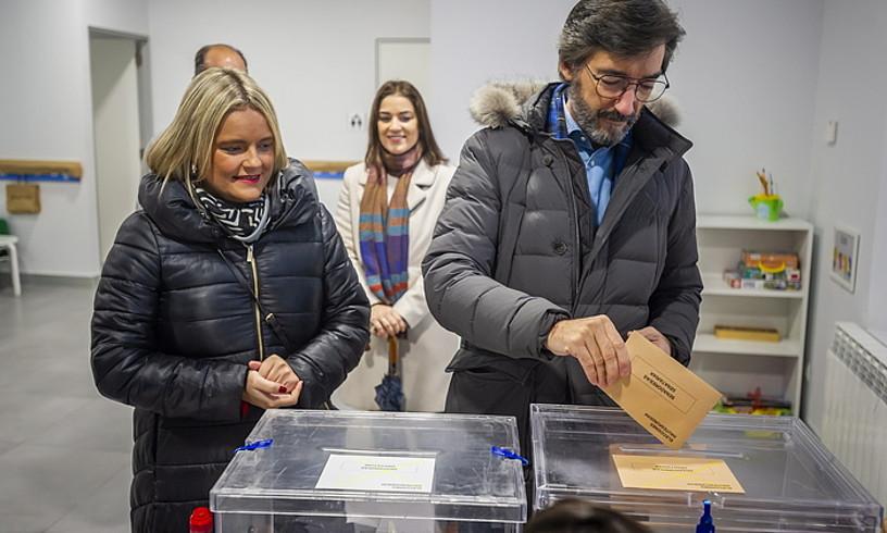 Iñaki Oiartzabal (PP) botoa ematen Gasteizen, Marimar Blanco Arabako zerrendaburua ondoan duela. ©J.FONTANEDA / FOKU