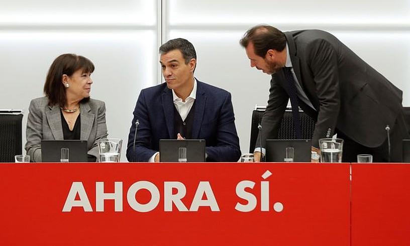 PSOEren zuzendaritza atzo eguerdian batzartu zen bozen emaitzak aztertzeko. Alderdiak ez zuen argitu koalizio bat osatu nahi duen. ©EMILIO NARANJO / EFE