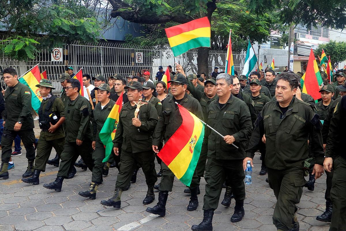 Hainbat polizia Moralesen dimisioa ospatzen Santa Cruzen (Bolivia), herenegun. ©JUAN CARLOS TORREJON / EFE
