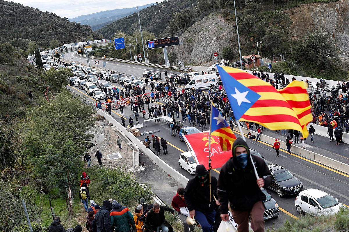 Ipar Katalunia eta Kataluniako Printzerria lotzen dituen errepidea itxita, atzo goizean, Jonqueran. ©ALEJANDRO GARCIA / EFE