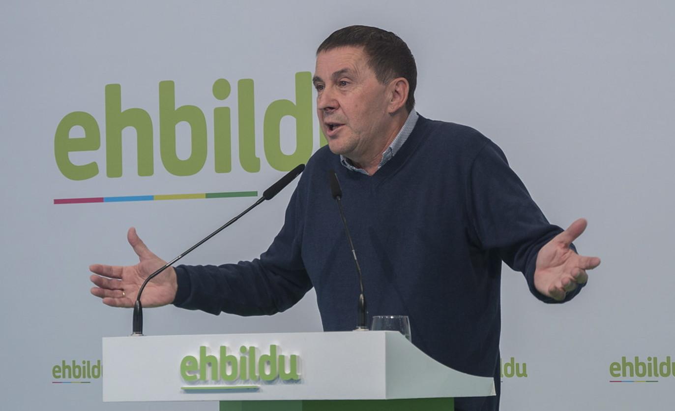 Arnaldo Otegi EH Bilduko koordinatzaile nagusia, koalizio subiranistak Donostian duen egoitzan atzo egindako agerraldian. ©ANDONI CANELLADA / FOKU