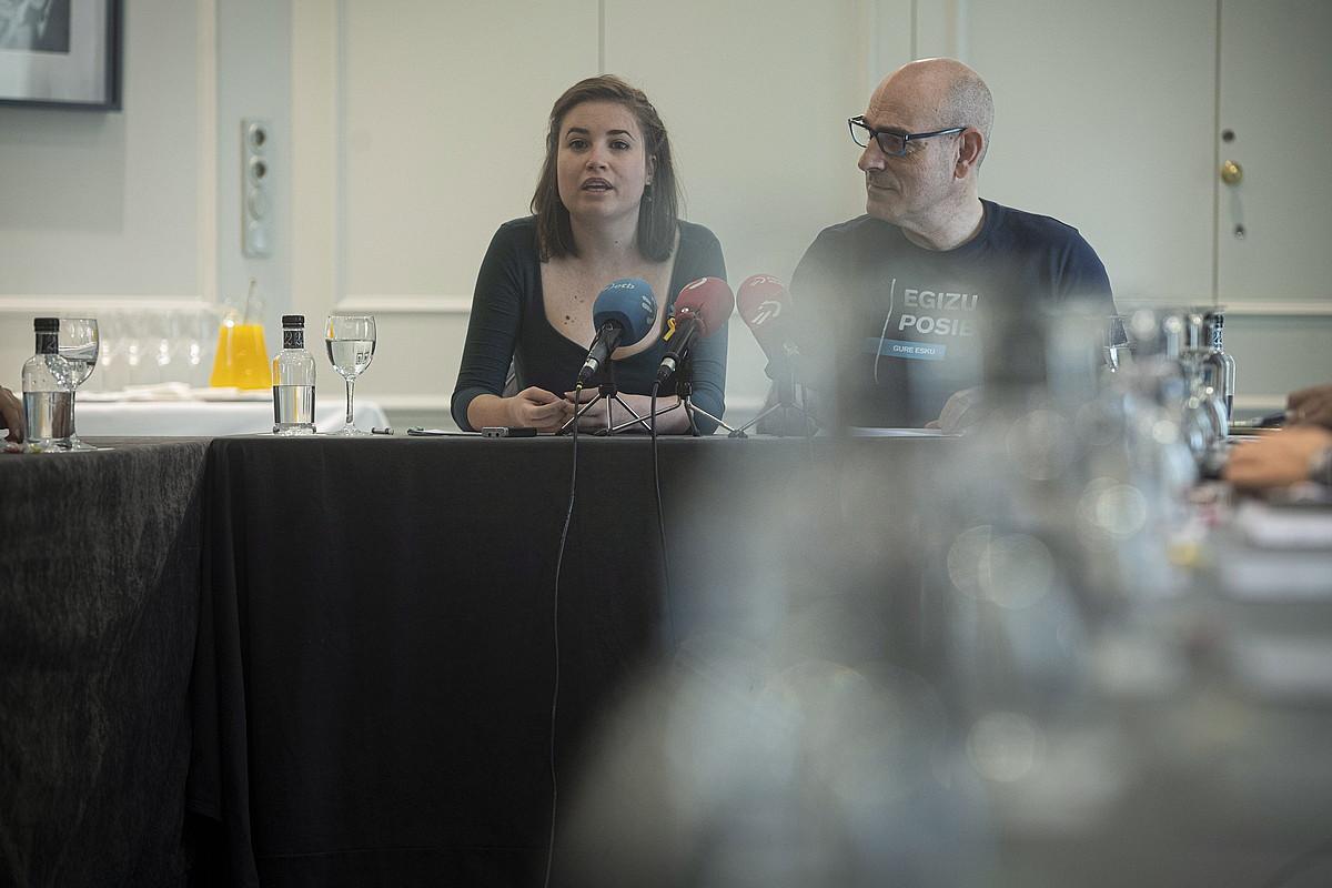 Amalur Alvarez eta Josu Etxaburu Gure Esku herri dinamikako bozeramaileak, atzo, Donostian egindako agerraldian. ©JON URBE / FOKU