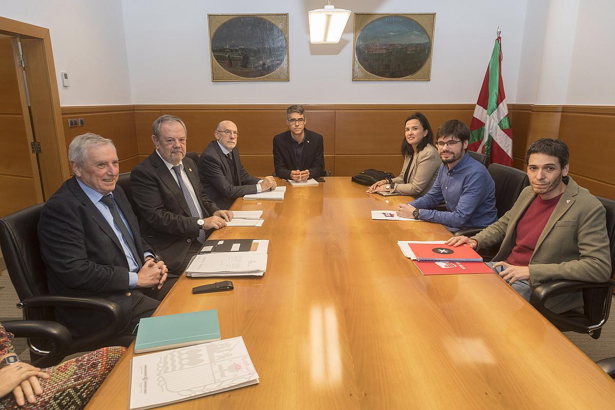 Eusko Jaurlaritzako eta Elkarrekin Podemoseko ordezkariak, atzo, Gasteizen egindako bileran. ©JUANAN RUIZ / FOKU