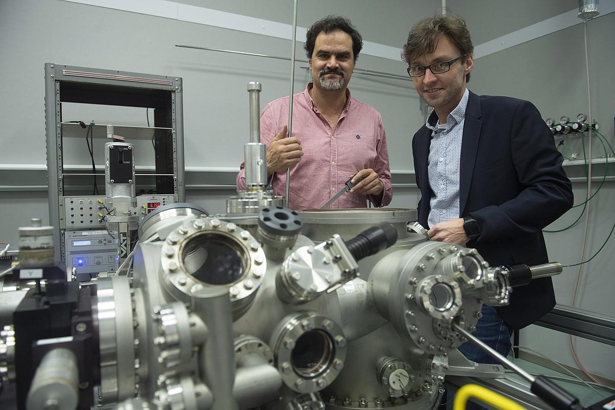 Jose Ignacio Pascual (CIC Nanogune) eta Thomas Frederiksen (DIPC), Nanoguneko tunel efektuko mikroskopioan. ©JON URBE / FOKU
