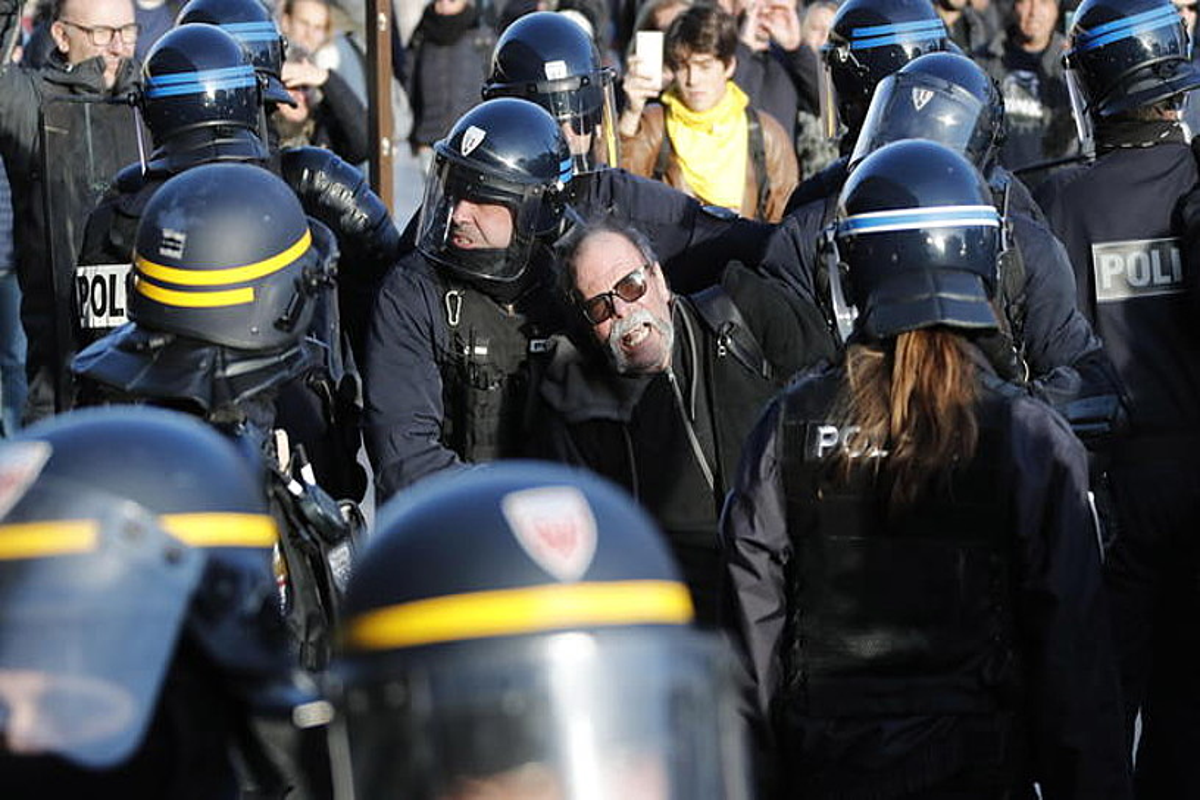 Polizia manifestari bat eramaten, Jaka Horien mobilizazio batean. ©GUILLAUME HORCAJUELO / EFE