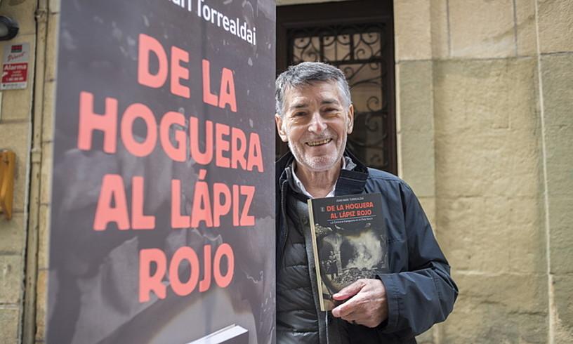 Joan Mari Torrealdai idazle eta kazetaria, atzo, Donostian, liburu berria aurkeztu aurretik. ©JUAN CARLOS RUIZ / FOKU