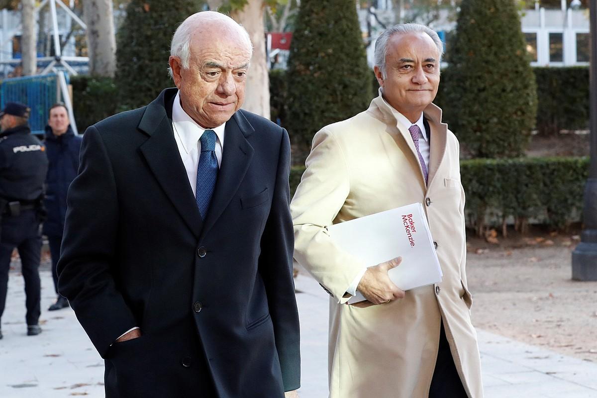 Francisco Gonzalez BBVAko presidente ohia, bere abokatuarekin batera, Espainiako Auzitegi Nazionalean sartzen, atzo. ©ZIPI / EFE