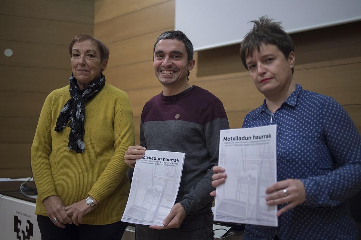 Marian Bilbatua, Inaxio Oiarzabal eta Esti Amenabarro unitate didaktikoaren aurkezpenean, atzo, Donostian. ©JUAN CARLOS RUIZ / FOKU