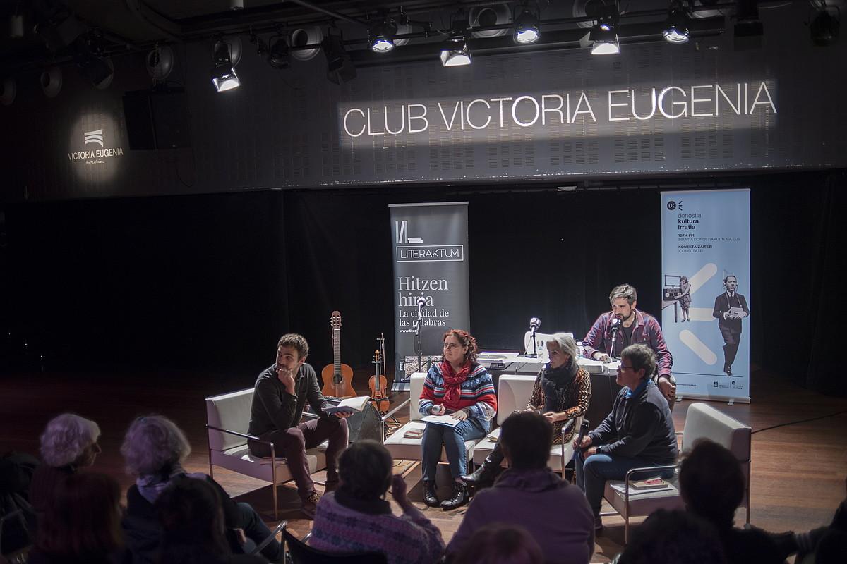 Beñat Sarasola, Iratxe Retolaza, Lourdes Oñederra eta Itxaro Borda, herenegun; atzean, Ion Olano. ©JUAN CARLOS RUIZ / FOKU