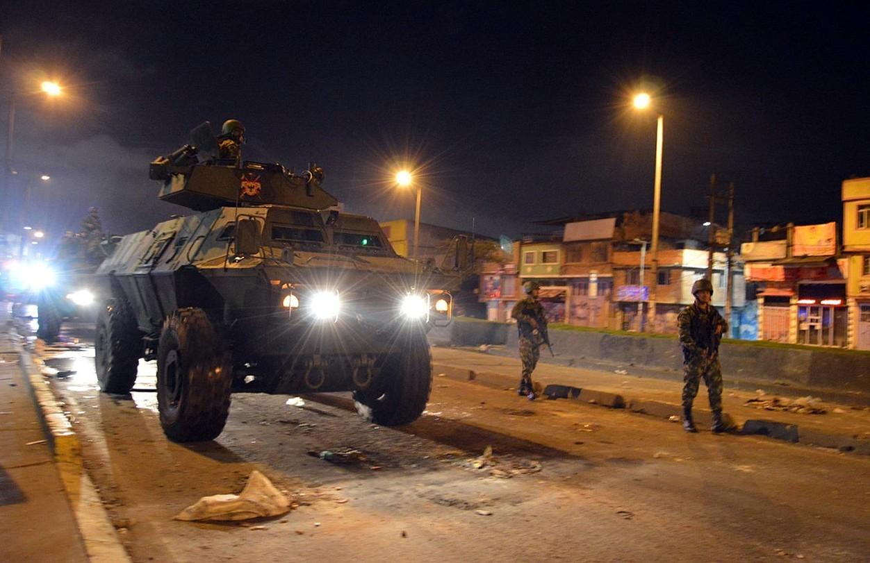 Kolonbiako Gobernuak militarrak bidali ditu hiri nagusietana, �segurtasuna� bermatzeko. Irudian, zenbait soldadu Bogotako kaleak zaintzen. ©EFE