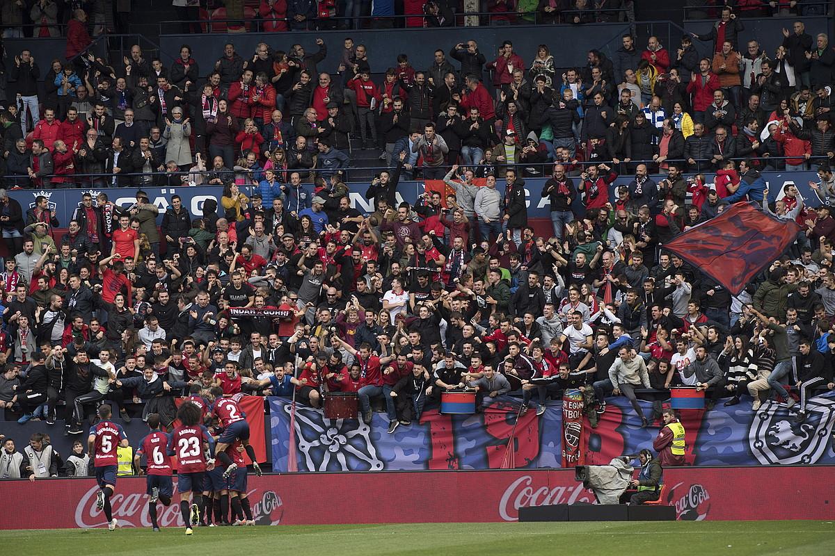 Osasunako jokalariak, Alavesen aurkako derbian sartutako gola ospatzen. Ehunka jarraitzaile ageri dira Sadarko harmailan. ©JAGOBA MANTEROLA / FOKU