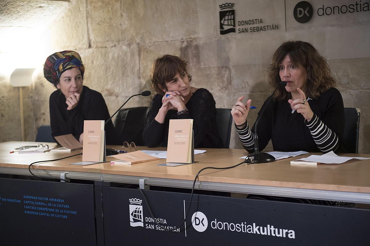 Jule Goikoetxea, Lorea Agirre eta Idurre Eskisabel, <em>Trikua esnatu da</em> liburuaren aurkezpenean, atzo, Donostian. ©GORKA RUBIO / FOKU