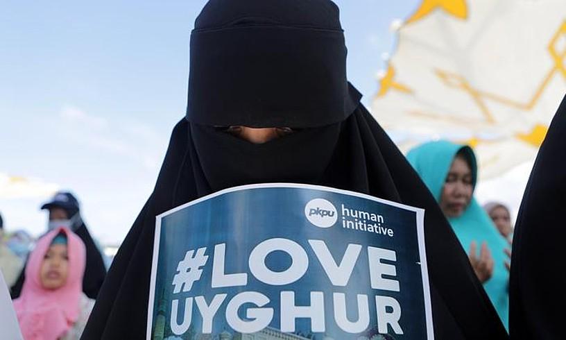 Emakume musulman bat uigurrak babesteko elkarretaratze batean, iazko abenduan, Aceh-en (Indonesia). ©HOTLI SIMANJUNTAK / EFE