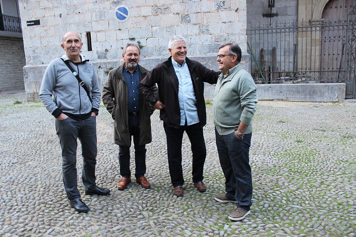 Laxaro Azkune, Joxe Agustin Arrieta Egiguren, Iñaki Etxeberria eta Manuel Arregi, Zestoan. ©ZALDI ERO