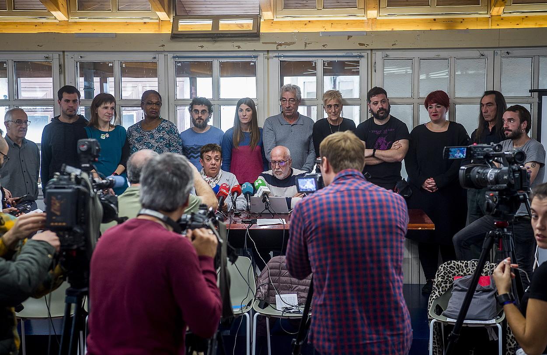 Euskal Herriko Eskubide Sozialen Gutuneko kideak, atzo, Bilbon. Hizketan, pentsiodunen mugimenduko Arantxa Corrales eta Txomin Lorca. ©LUIS JAUREGIALTZO / FOKU