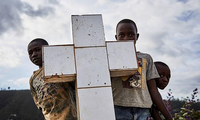 Ebolak bi mila lagunetik gora hil ditu iazko abuztutik. Irudian, ebolak jota hildako emakume baten hileta, Butembon. ©HUGH KINSELLA CUNNINGHAM / EFE
