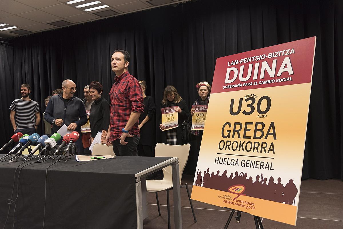 Gutun Sozialeko sindikatuen eta eragile sozialen ordezkariak, atzo. ©ANDONI CANELLADA / FOKU