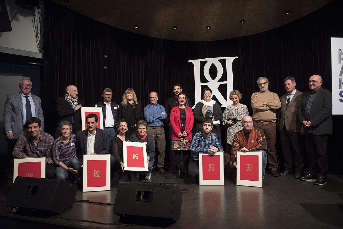 Rikardo Arregi kazetaritza sarien 31. aldiko irabazleak, finalistak eta antolatzaileak, atzo, Andoaingo Bastero aretoan ©GORKA RUBIO / FOKU