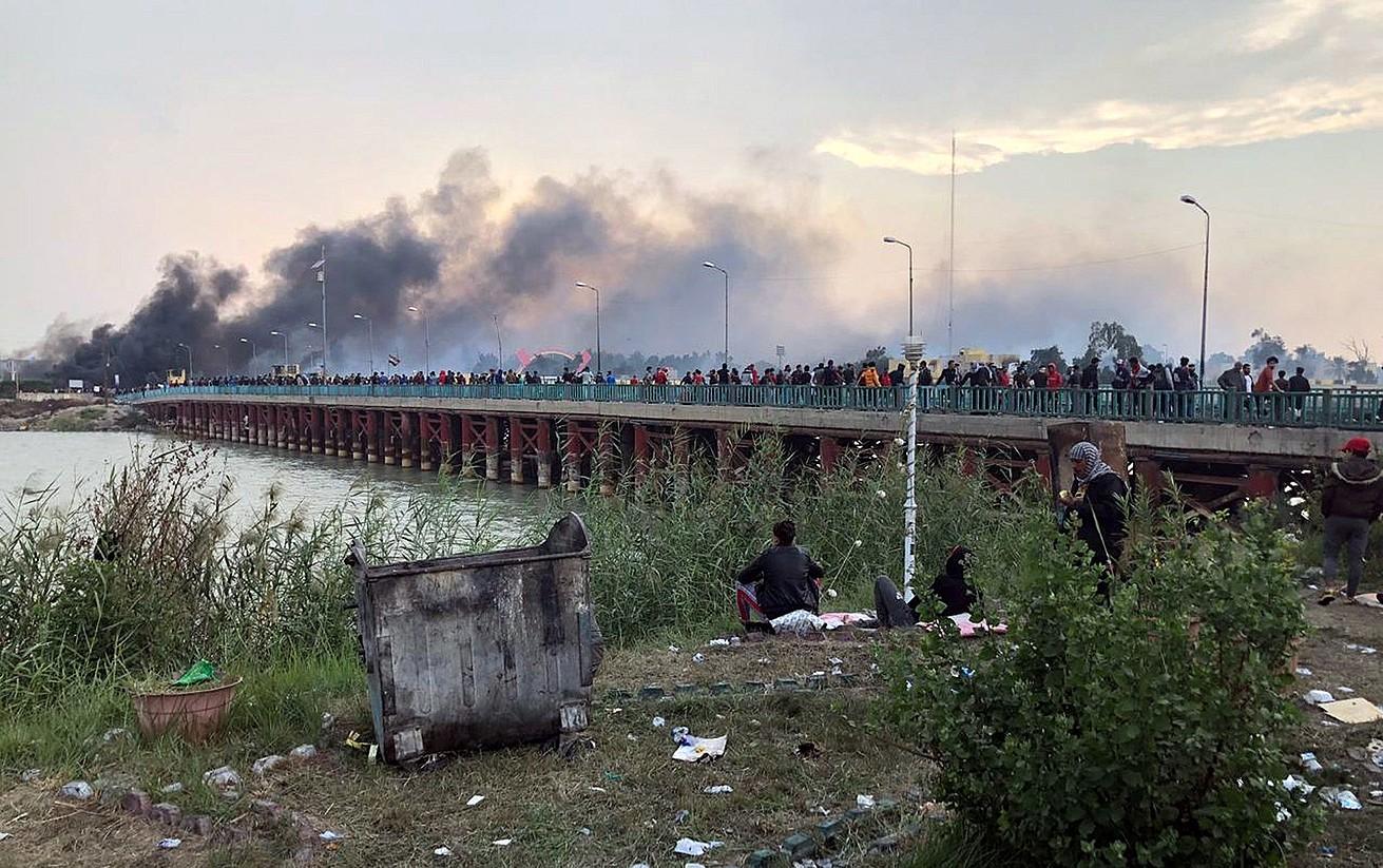 Nasiriya hiriko zubi batean manifestari asko bildu ziren atzo, zubia blokeatzeko, gobernuaren aurkako protestetan. ©HAIDER AL-ASSADEE/ EFE