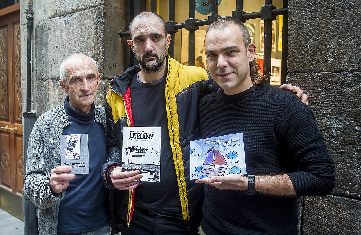 Hodei Ijurko idazlea (erdian), Mitxel Sarasketa eta Oier Gonzalez Ataramiñe argitaletxeko kideekin. ©L. JAUREGIALTZO / FOKU
