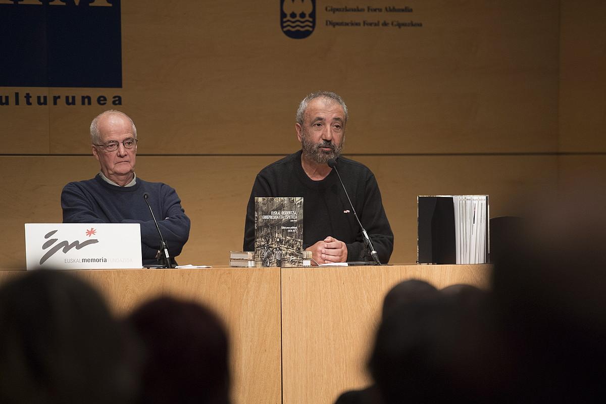 Carlos Trenor eta Iñaki Egaña, atzo, liburuaren aurkezpenean. / GORKA RUBIO / FOKU