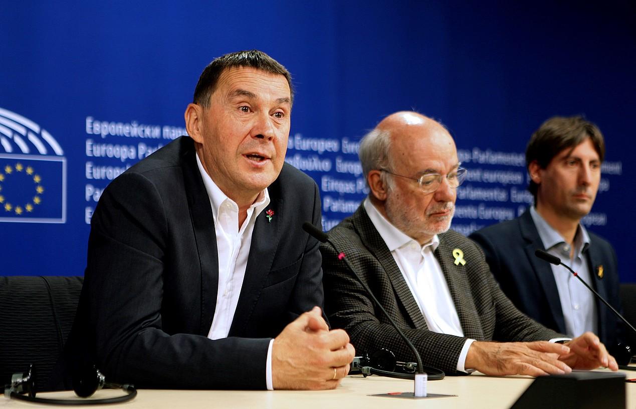 Arnaldo Otegi, iazko azaroaren 6an, Bruselan, Europako Parlamentuan, Estrasburgoren ebazpena jakin zenean. / EFE