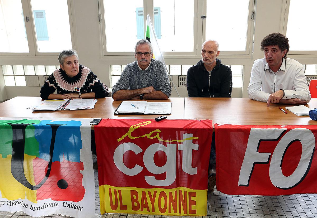 FSU, CGT eta FO sindikatuetako ordezkariak datorren asteko grebara deitzen, atzo, Baionan. ©BOB EDME