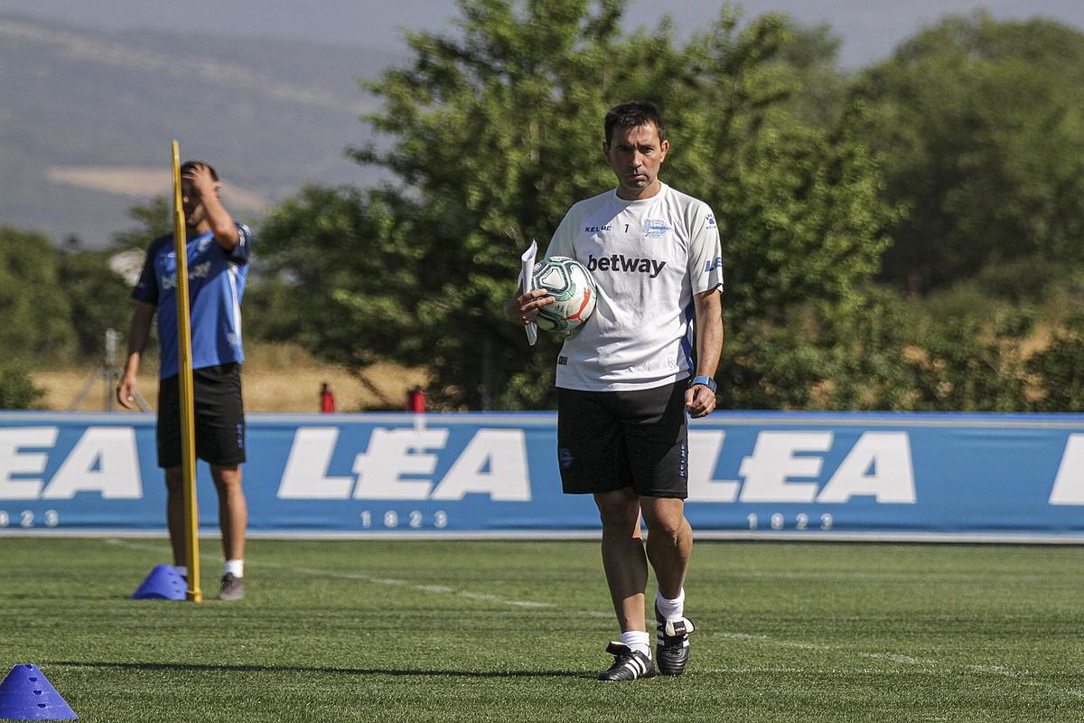 Asier Garitano, Alavesen entrenamendu bat zuzentzen, Ibaian. ©ENDIKA PORTILLO / FOKU