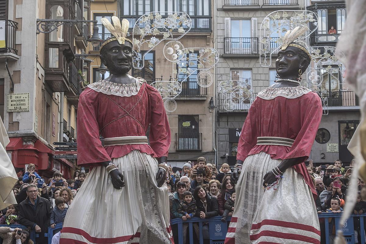 Toko-toko eta Braulia Iruñeko Udaletxe plazan dantzan, San Saturnino egunez, plaza bete zuten iruindarren begiradapean. ©JAGOBA MANTEROLA / FOKU
