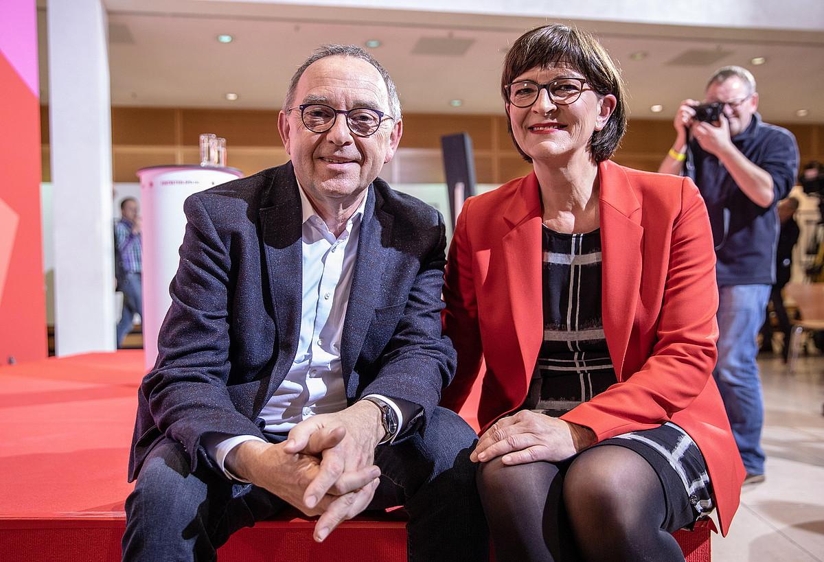 Norbert Walter-Borjans ministro ohia eta Saskia Eskene diputatua, atzo, garaipena ospatzen. ©OMER MESSINGER / EFE