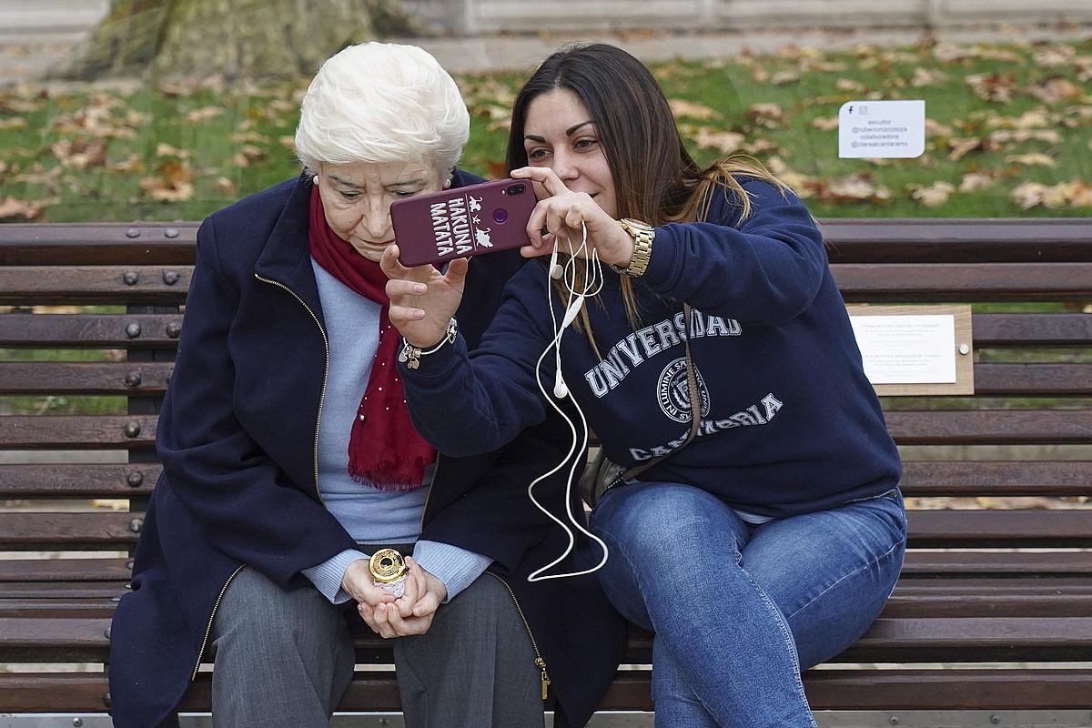 Ruben Orozco artistak 89 urteko benetako emakume bilbotar bat oinarri hartuta sortu duen erreplika zehatza jarri dute Bilboko Areatzan. ©M. DEL VALLE / FOKU