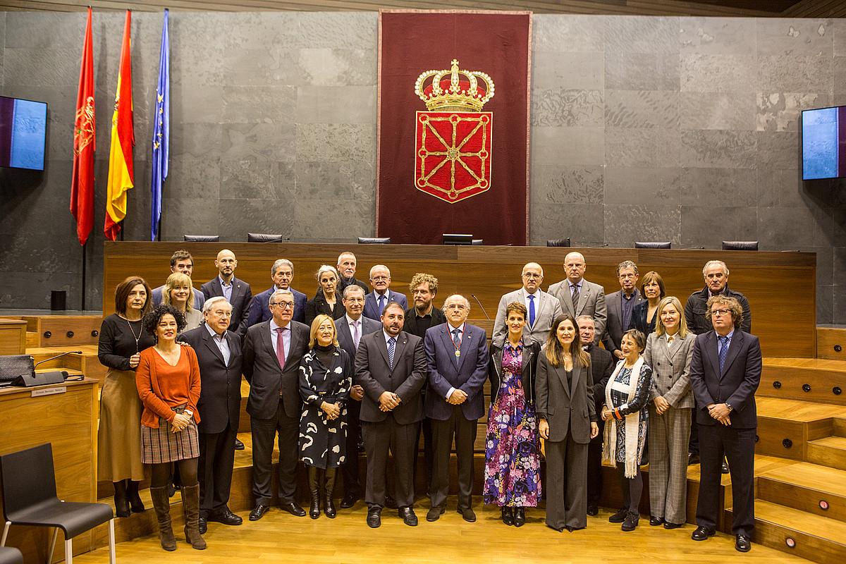 Nafarroako Parlamentuaren domina eman diote Euskaltzaindiari. ©EUSKALTZAINDIA