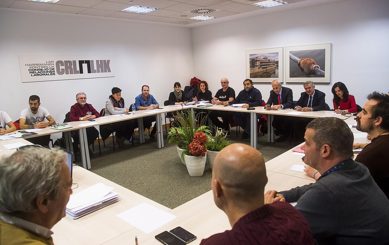 FVEM patronaleko eta sindikatuetako ordezkariak, atzo, Lan Harremanen Kontseiluak Bilbon duen bulegoan. ©LUIS JAUREGIALTZO / FOKU