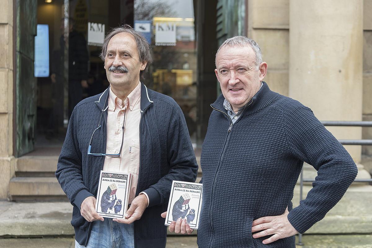 Ezkerrean, Joxemari Iturralde; eskuinean, Fernando Rey. Bien artean aurkeztu zuten atzo <em>Airea ez da debalde</em> liburua, Donostian. ©ANDONI CANELLADA / FOKU