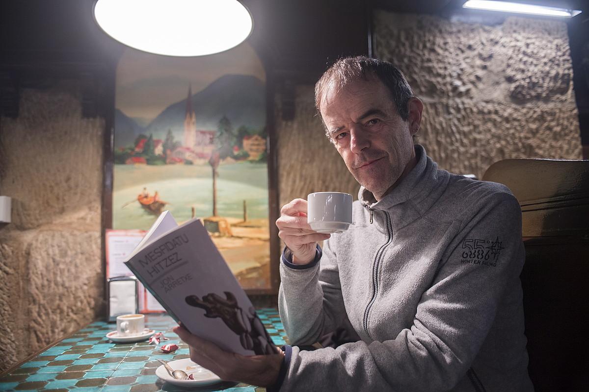 Jon Arretxe idazlea, <em>Mesfidatu hitzez</em> nobela berria eskuetan, atzo, Donostian.