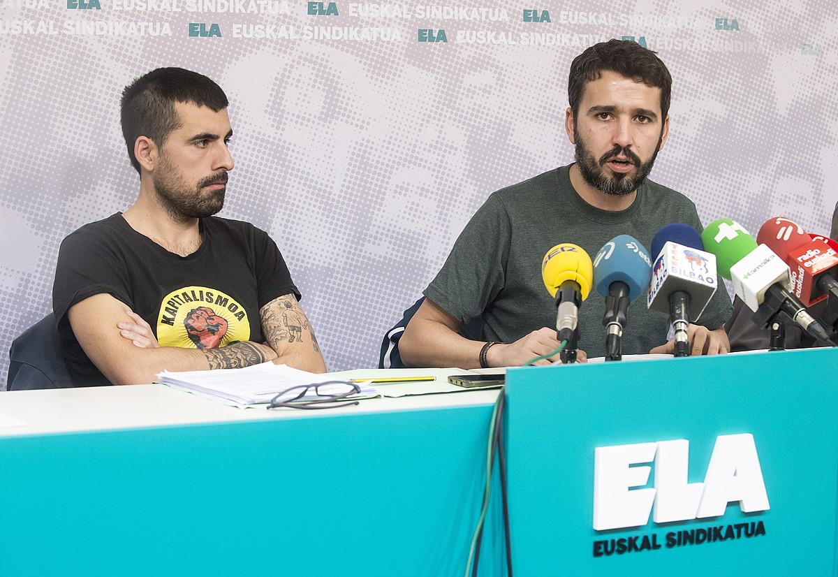 Mikel Bilbao eta Mikel Etxeberria ELAko negoziatzaileak, atzo, Bilbon. ©MARISOL RAMIREZ / FOKU