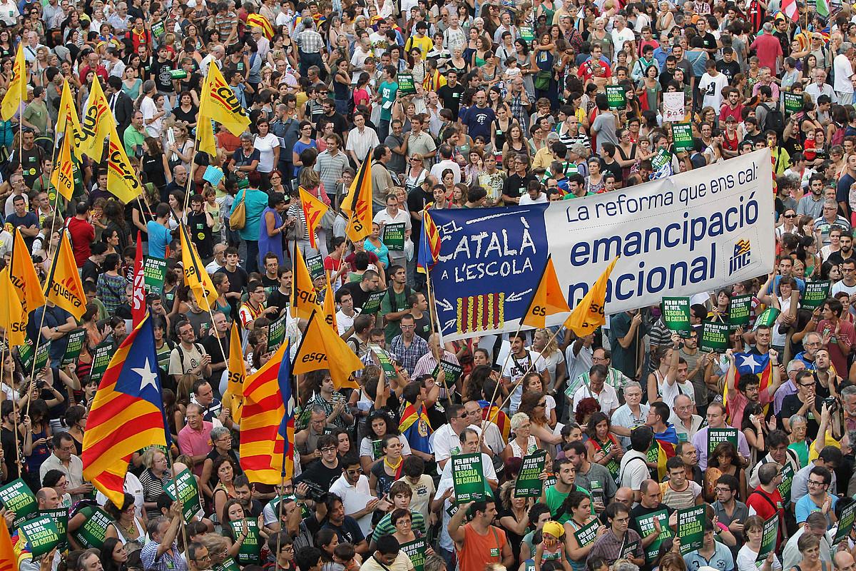 <b>Bartzelona.</b> 2011ko irailean, murgiltze ereduaren alde manifestatzera deitu zuten Kataluniako hezkuntzako sindikatu guztiek. ©TONI ALBIR / EFE